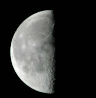 Uma lua crescente, pela metade.