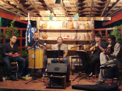 Grupo Roda Viva no palco do Ton's Restaurante