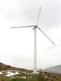 香港電燈於2006年率先在南丫島建立首個商用風力發電站,雖然只是一座風車,但其象徵意義重大。(圖片作者:Patrickmak)