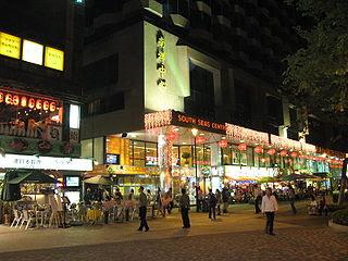 尖東及尖沙咀亦是一個主要的消遣娛樂場地,在假期前夕亦吸引一些市民到此處消遣至通宵達旦,提早往尖東尾班車無可避免會對這批人士構成影響。(圖片作者:WiNG)