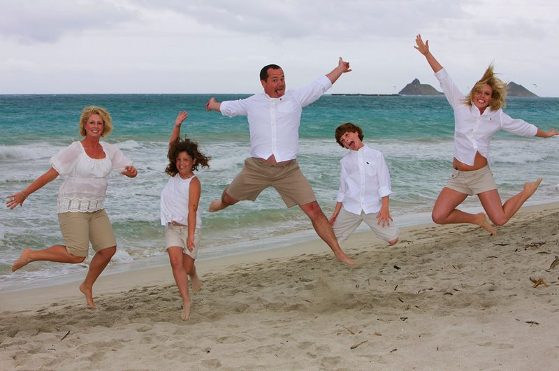 Hawaii Beach Family Portrait Ideas http://ainakai.blogspot.com/2009/04/by-sea-hawaii-family-portrait.html