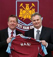 Nani and Curbishley hold up a West Ham shirt