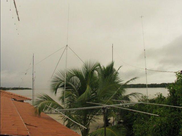 Antenas : Plano Terra 10m  / Yagi 6m / DXv4 ( 10 à 40m) / Dipolo 80m