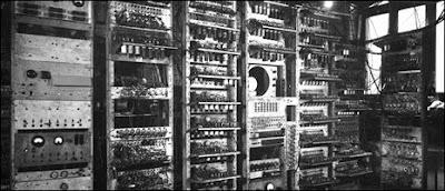 La primera computadora que sintetizo sonido era de un tamaña muy considerable, no cajeria en la mayoria de las habitaciones de las viviendas actuales