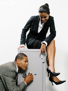 hot_receptionist_watches_thief
