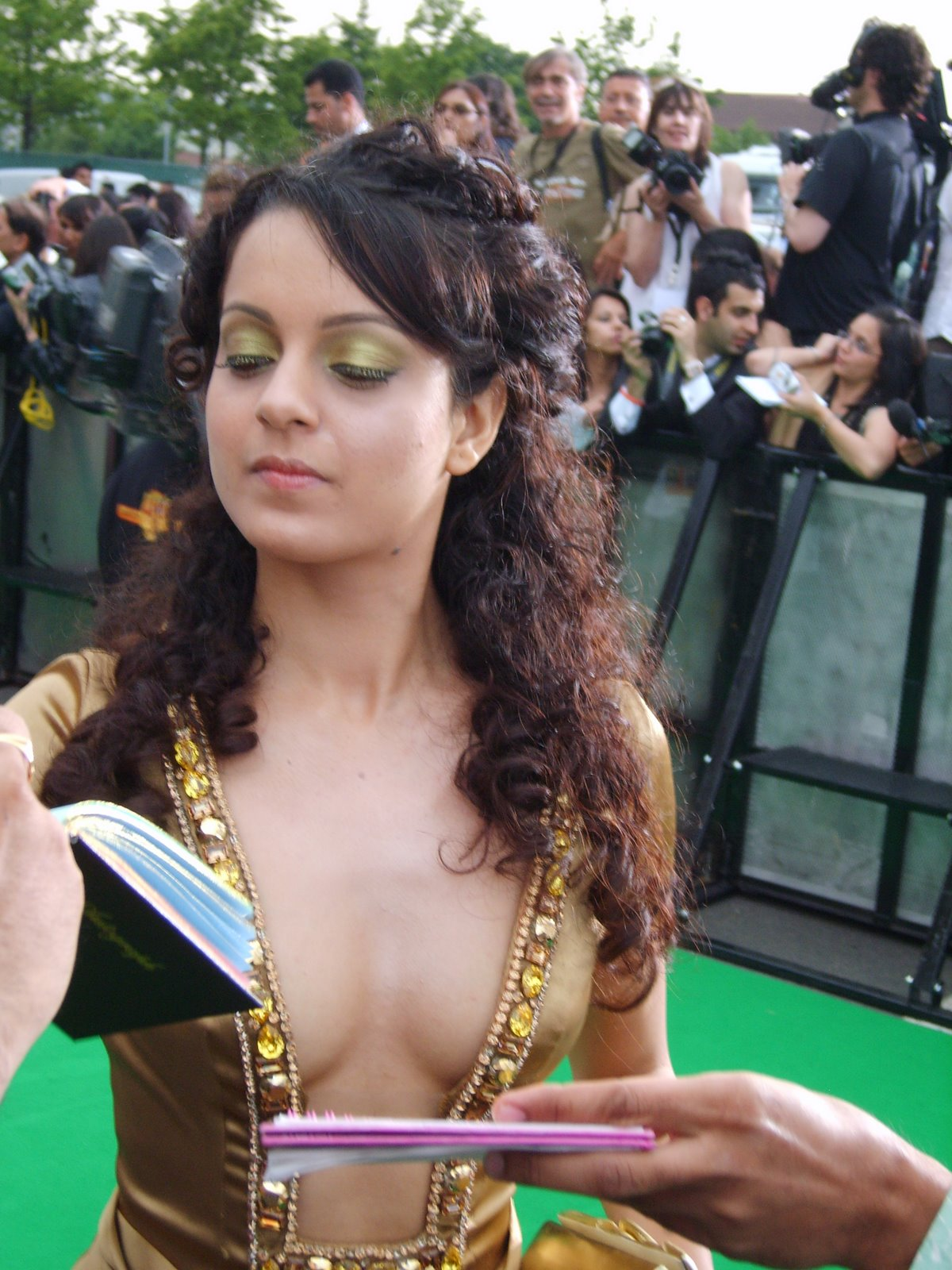 Bollywood Heroine Kangana Ranaut cute photos without Bra