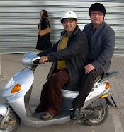 Con el senador en la moto, pues