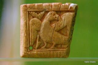 Peça em marfim, representando uma ave de rapina
