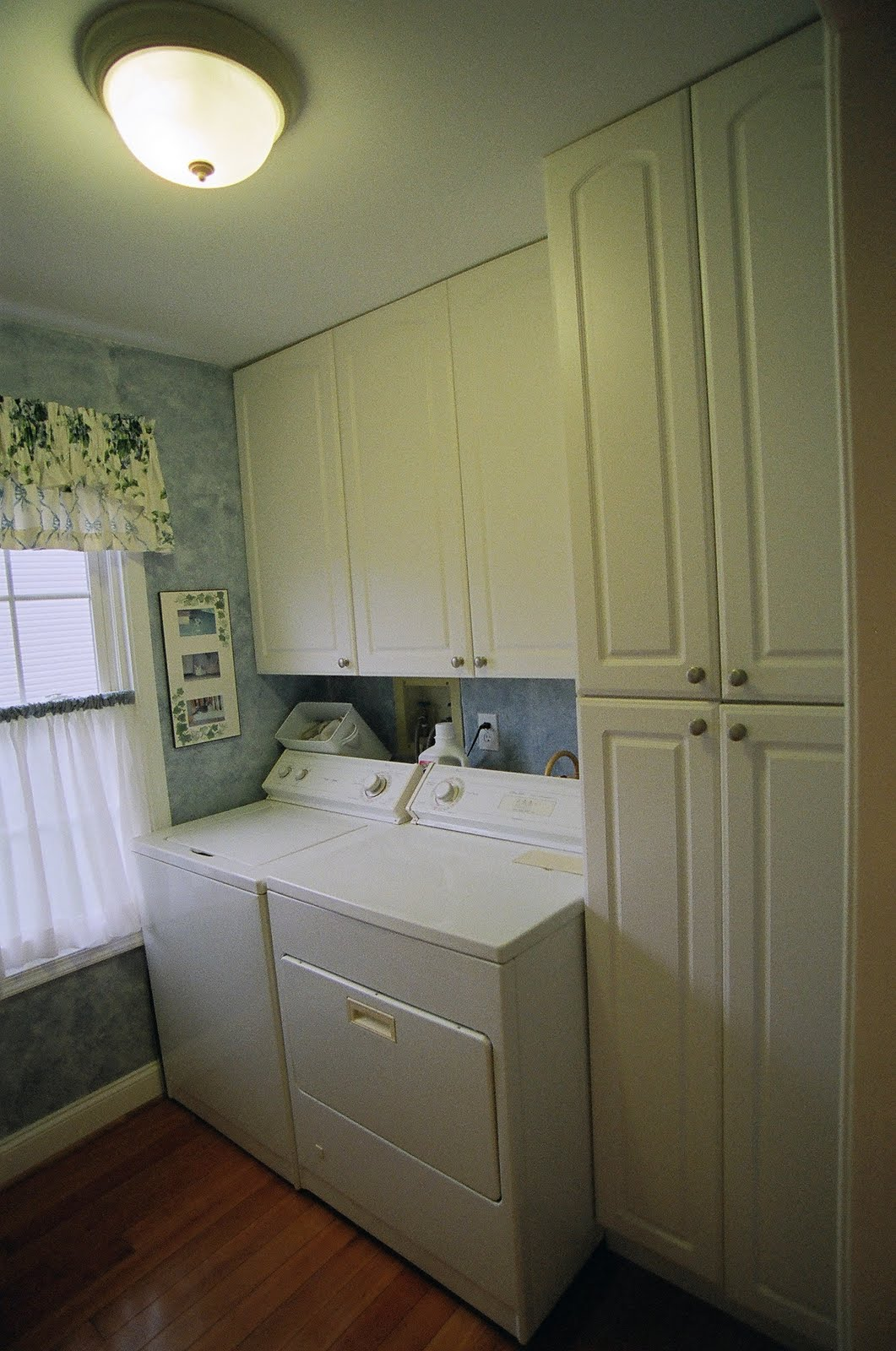 Perfect Laundry Room With Washer And Dryer (gas). Lots Of Cabinets In The Laundry  Room Including The Large Floor To Ceiling Pantry Cabinet On The Right Hand  Side.