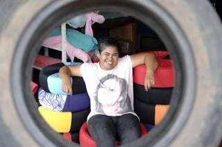 Artesã de São Sebastião cria grupo que recolhe pneus velhos e faz pufes