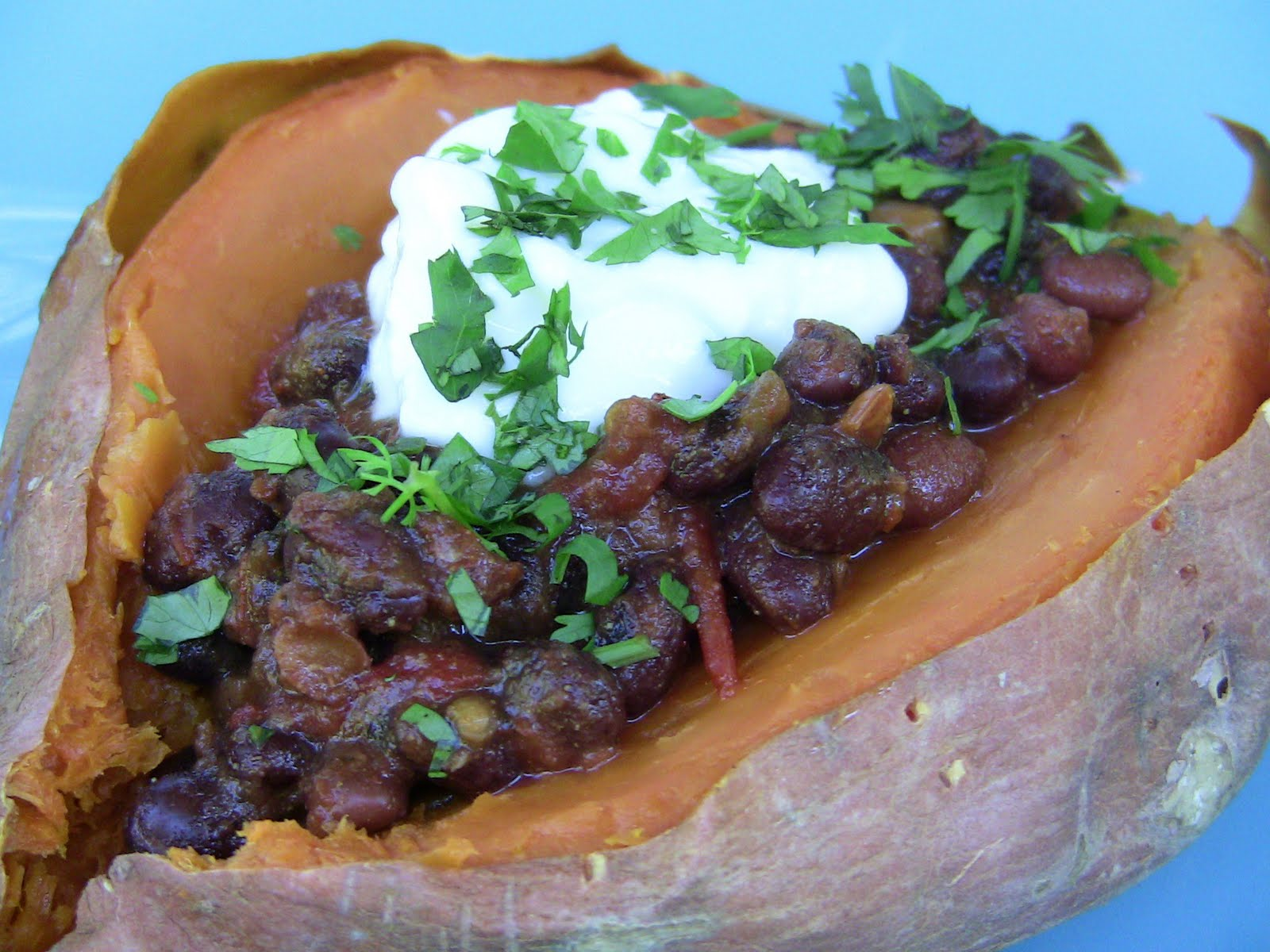 Black Bean Chili-Topped Sweet Potatoes (vegan option) | power hungry