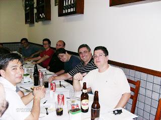 Agora a outra banda da mesa, a partir da direita: Naranjo, eu, Barata (meio bêbado, de tanta Coca-Cola), Malta e Guilherme. E o Nobu rezava pra se ver logo livre desses nerds