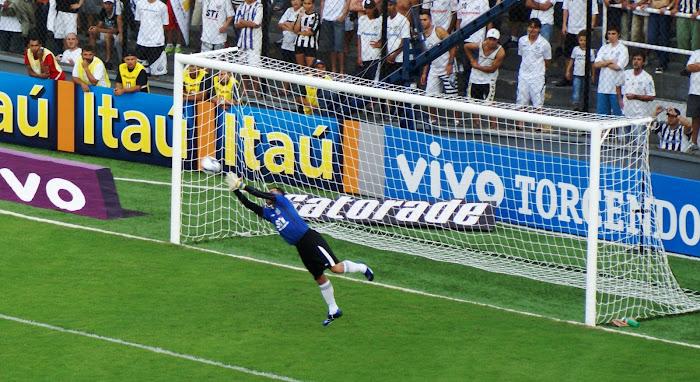 Fábio Costa, a muralha da Vila.