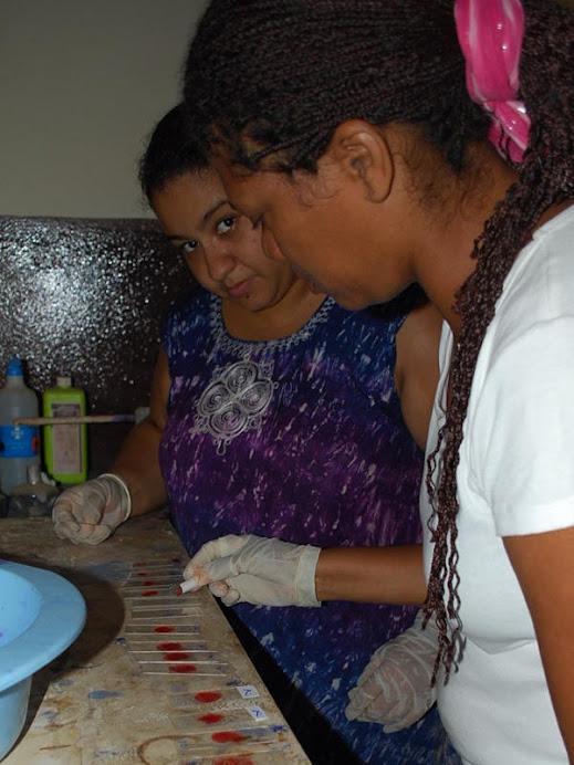 Thalita realizando teste de malária