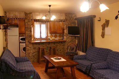 en el exterior barbacoa mesa grande de piedra y columpio para nios las dos casas se pueden unir para un grupo de personas salon exterior casa el