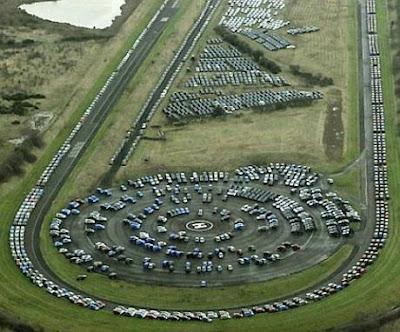 Foto da pista de testes da Nissan com estoque de carros não vendidos.