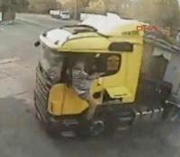 Camionero sale despedido por la ventanilla