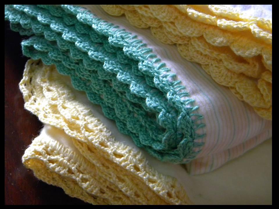 Mantitas para bebe con puntillas a crochet