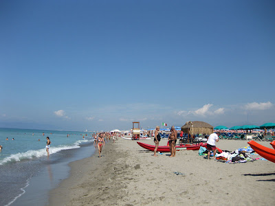 A nice shot down the beach that shows a good number of people for today, a Monday – and the many other beach clubs that line Poveromo and the surrounding Tuscan coast cities.
