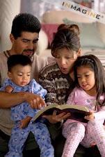 Una Familia Cristiana Leyendo LA BIBLIA