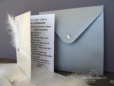 invitatie alb argintiu pene strasuri
