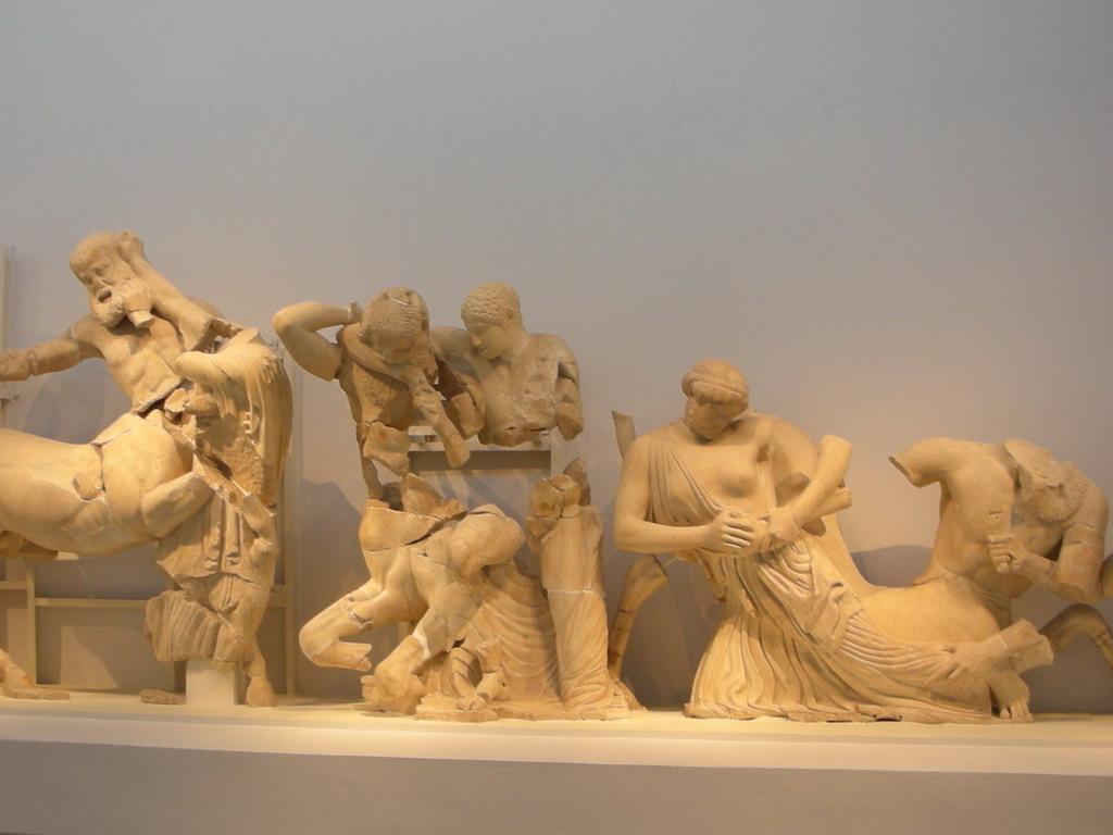 http://2.bp.blogspot.com/_19pb7VpPrR0/TNEWZj1emKI/AAAAAAAAIKg/AW4pZEbalKg/s1600/Olympia+Archeological+Museum+-+Sculptures+of+the+pediment+of+the+Zeus+temple+002.jpg