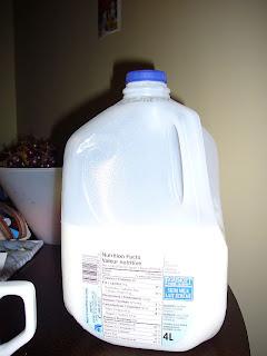Rasvaton maito, 4 litraa. Hienomotoriikka kehittyy ja lihakset kasvavat näitä käsitellessä!
