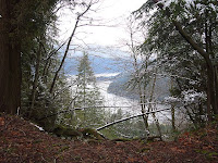 Sumun seassa on järvi, lähemmäs ei voi mennä, sillä jyrkänteen reunat ovat vaaralliset...