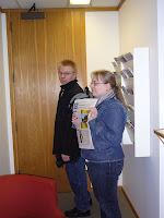 Miika ja Mirkku konsulaatin pikkuruisessa eteisessä.