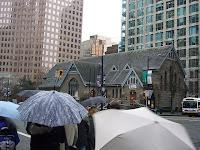 Matkan varrella oli katolinen kirkko keskellä kylää... ja sateenvarjoja.