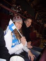Mirkku Suomi-rekvisiittansa kanssa ja Milo, joka selviytyi oikein hyvin hullujen seurassa.