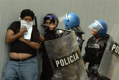 http://2.bp.blogspot.com/_1FVF-EZQU14/SkpXm4ei2kI/AAAAAAAANIE/8pYvCxoNzT4/s400/represion_en_honduras.jpg