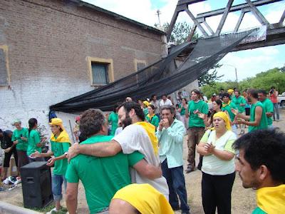 Al final de la audiencia, los militantes del Movimiento Campesino de Córdoba reciben con aplausos a los imputados.