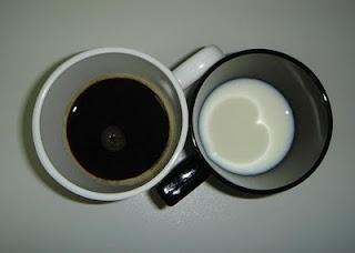 duas xícaras: uma com café e a outra com leite