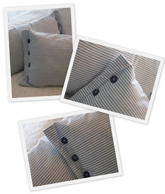 Lyseblå og hvit stripete puter