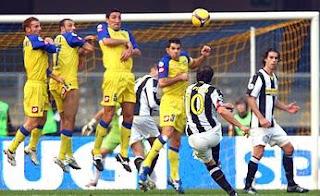 Del Piero lanzando la falta