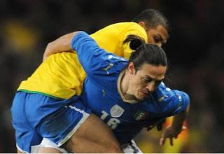 Camoranesi y Lucio peleando por un balón