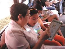 Los niños leen para los adultos.