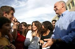 Ο πρόεδρος του ΠΑΣΟΚ Γιώργος Παπανδρέου συνομιλεί με μαθητές και καθηγητές στο 12ο Γυμνάσιο Λύκειο