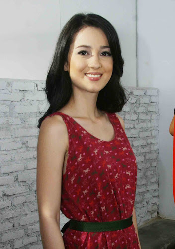 Foto Artis Cantik Julie Estelle with red Dress