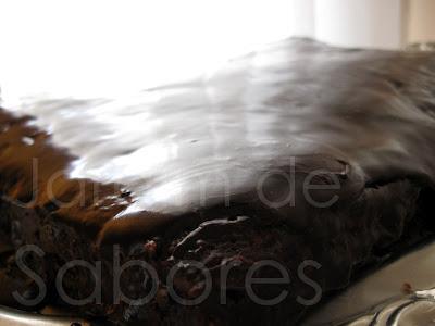 Bolo de Nesquik com Cobertura de Chocolate (Brownie)