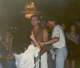 Morten cercado por fãs durante passagem pelo Recife em 1991