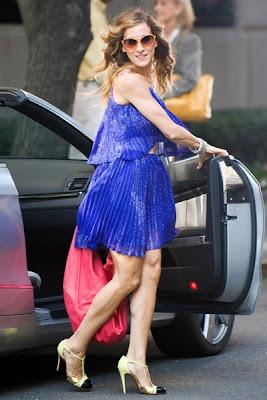 Vestido azul con zapatos dorados