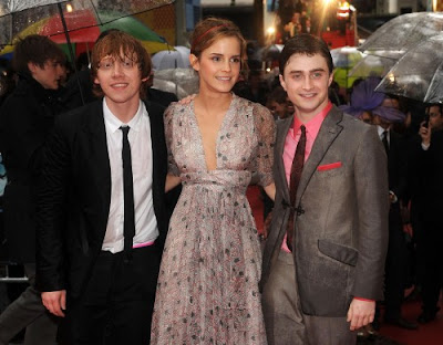 Harry Potter stars Daniel Radcliffe and Emma Watson surprising fans with