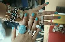 No sin mis anillos y no sin mis uñas sin pintar