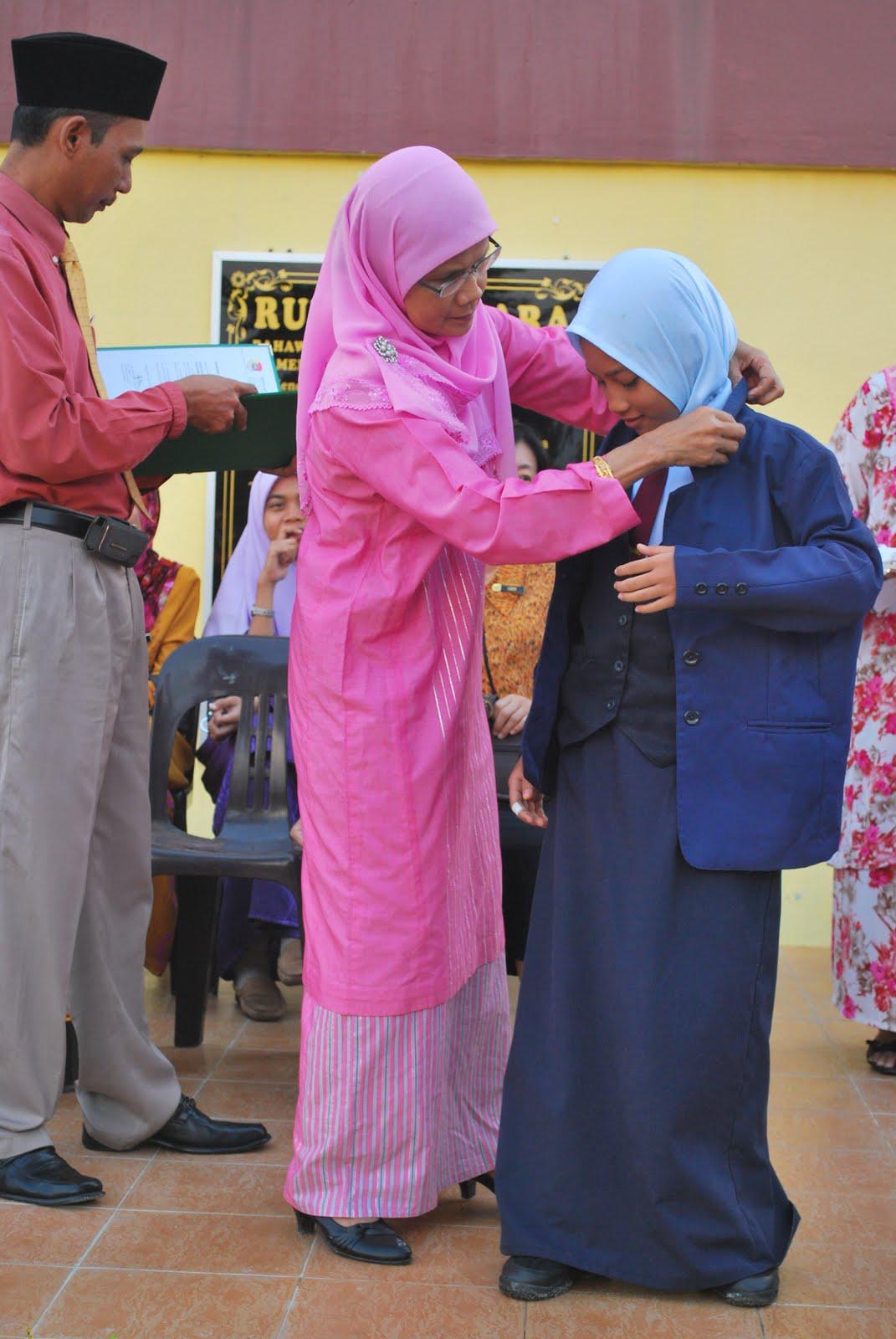 Guru besar P.Rubiah memakaikan blazer