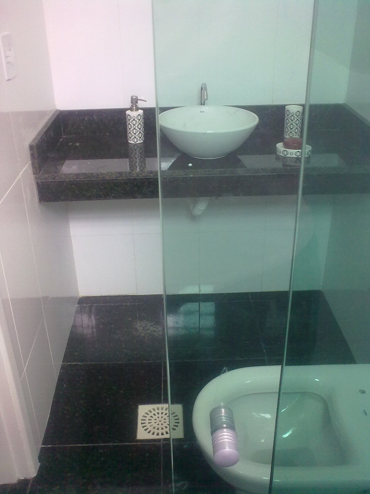 Depois de colocado o box e o kit pia. #385951 1200x1600 Banheiro Branco Com Vaso Sanitario Preto