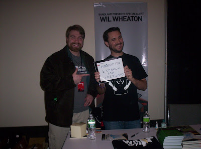Wil Wheaton at PAX East 2010 holding a sign saying Hooray for Exfanding Your Horizons