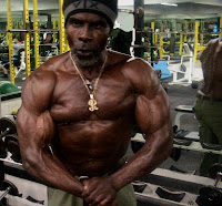 ROBBY ROBINSON AT 64 YEARS - MUSCULAR TRAINING & POSING AT GOLD'S GYM 2010 ● www.robbyrobinson.net//master-class.php ●