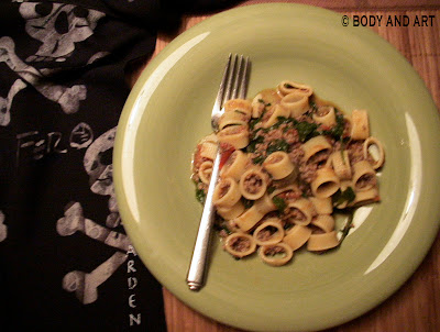 ROBBY ROBINSON' DIET - HEALTHY MEALS - PASTA WITH SPINACH-TOMATO SAUCE PERFECT ANABOLIC MEAL THE DAY BEFORE HEAVY WORKOUT Robby's CONSULTATION Services to answer your questions about bodybuilding,  old schoold training and healthy lifestyle - ▶ www.robbyrobinson.net/consultation.php